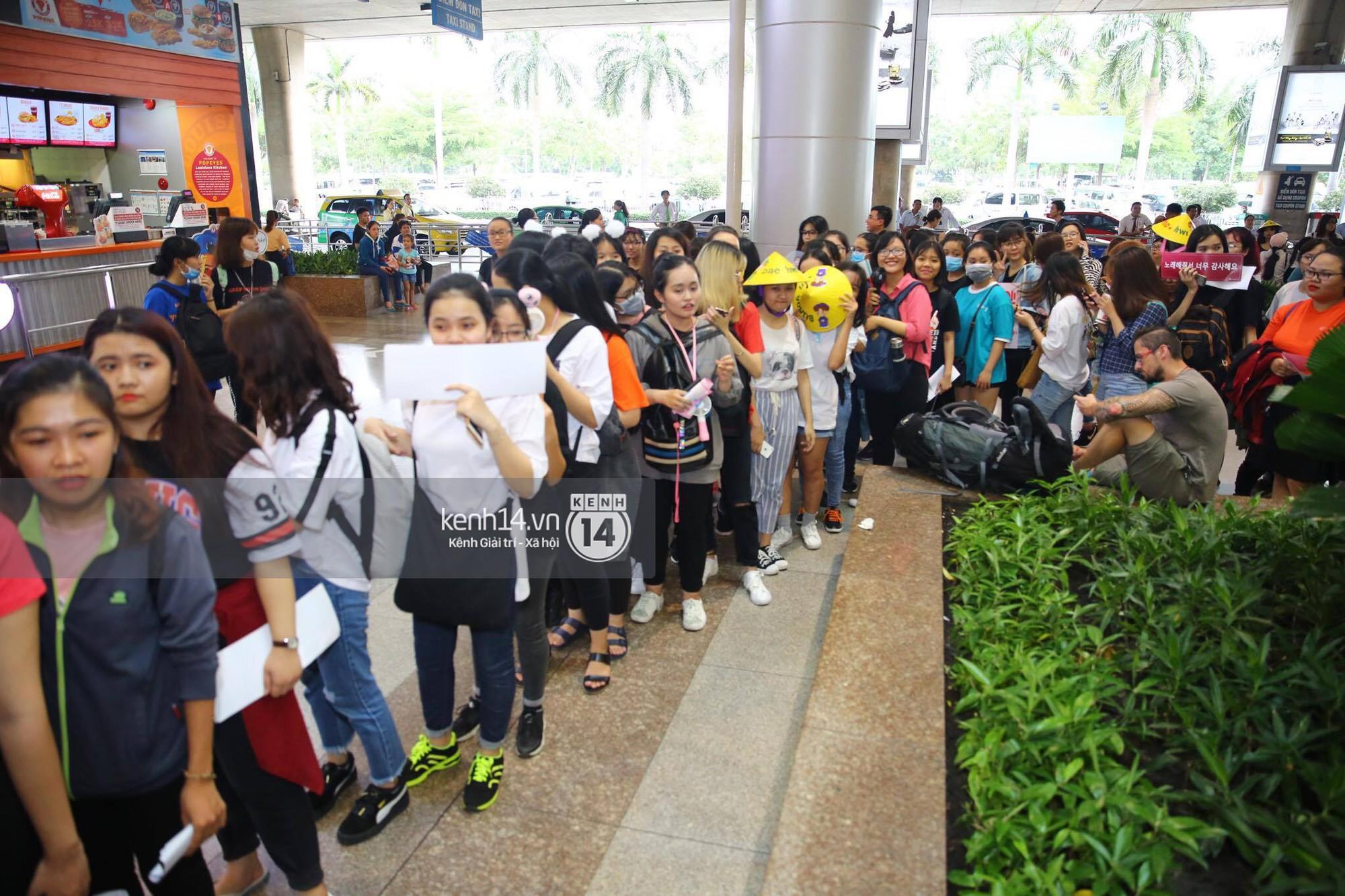 Fan Việt chiếm đóng nửa sân bay Tân Sơn Nhất chỉ để đón chờ WANNA ONE - Ảnh 12.
