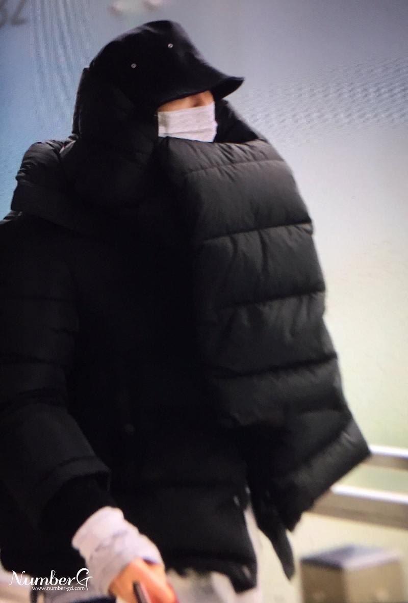 1001 kiểu thời trang sân bay dị như thể sợ không ai nhìn của các nam idol xứ Hàn - Ảnh 1.