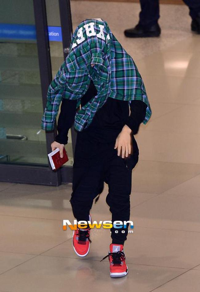 1001 kiểu thời trang sân bay dị như thể sợ không ai nhìn của các nam idol xứ Hàn - Ảnh 3.