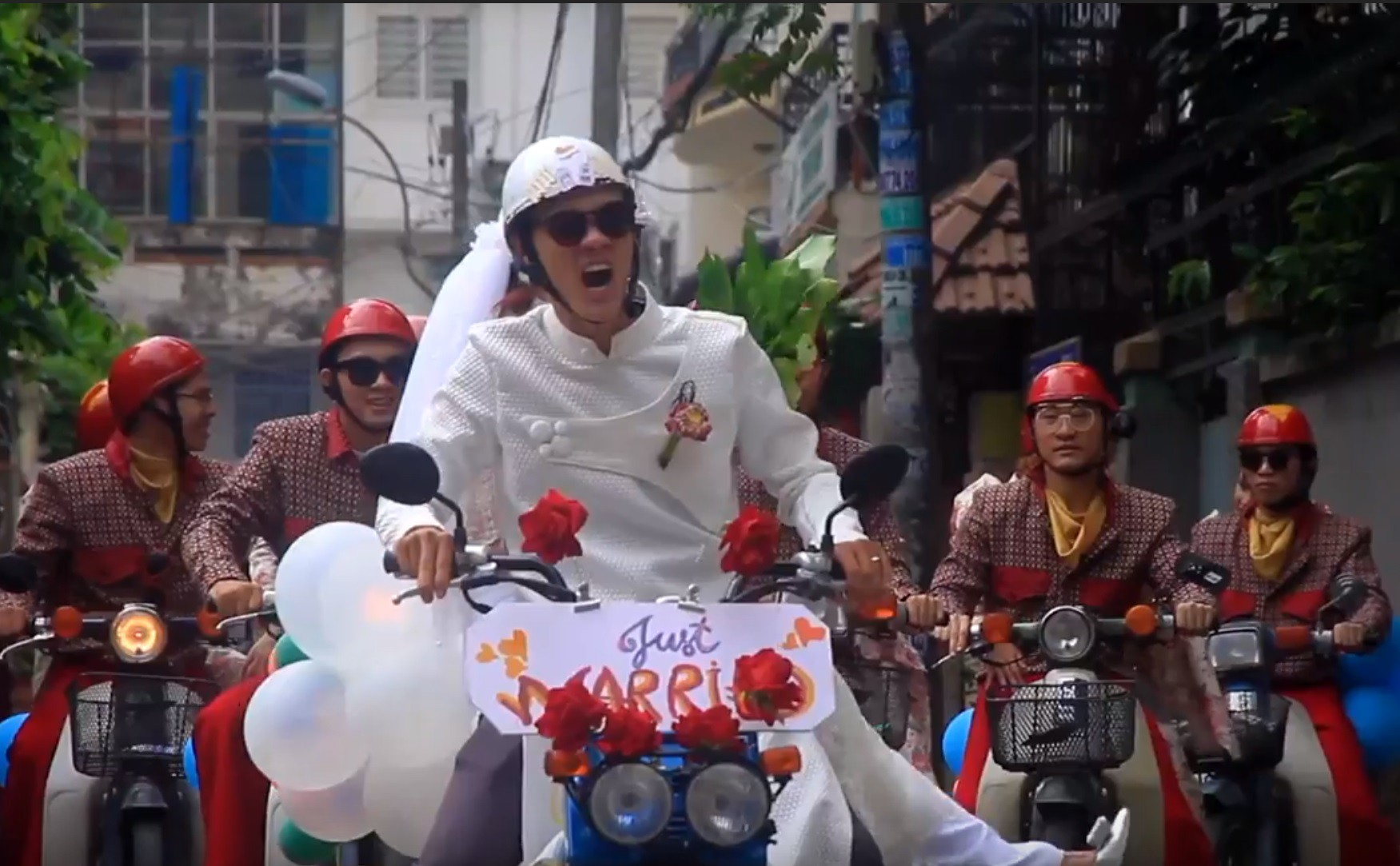 Đội hình rước dâu bằng xe cub.
