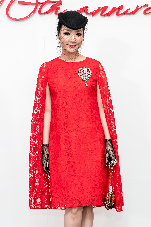 Angela Phương Trinh mang cả tổ chim lên đầu, nổi bật giữa dàn mỹ nhân tuyền màu đỏ của NTK Đỗ Mạnh Cường - Ảnh 24.