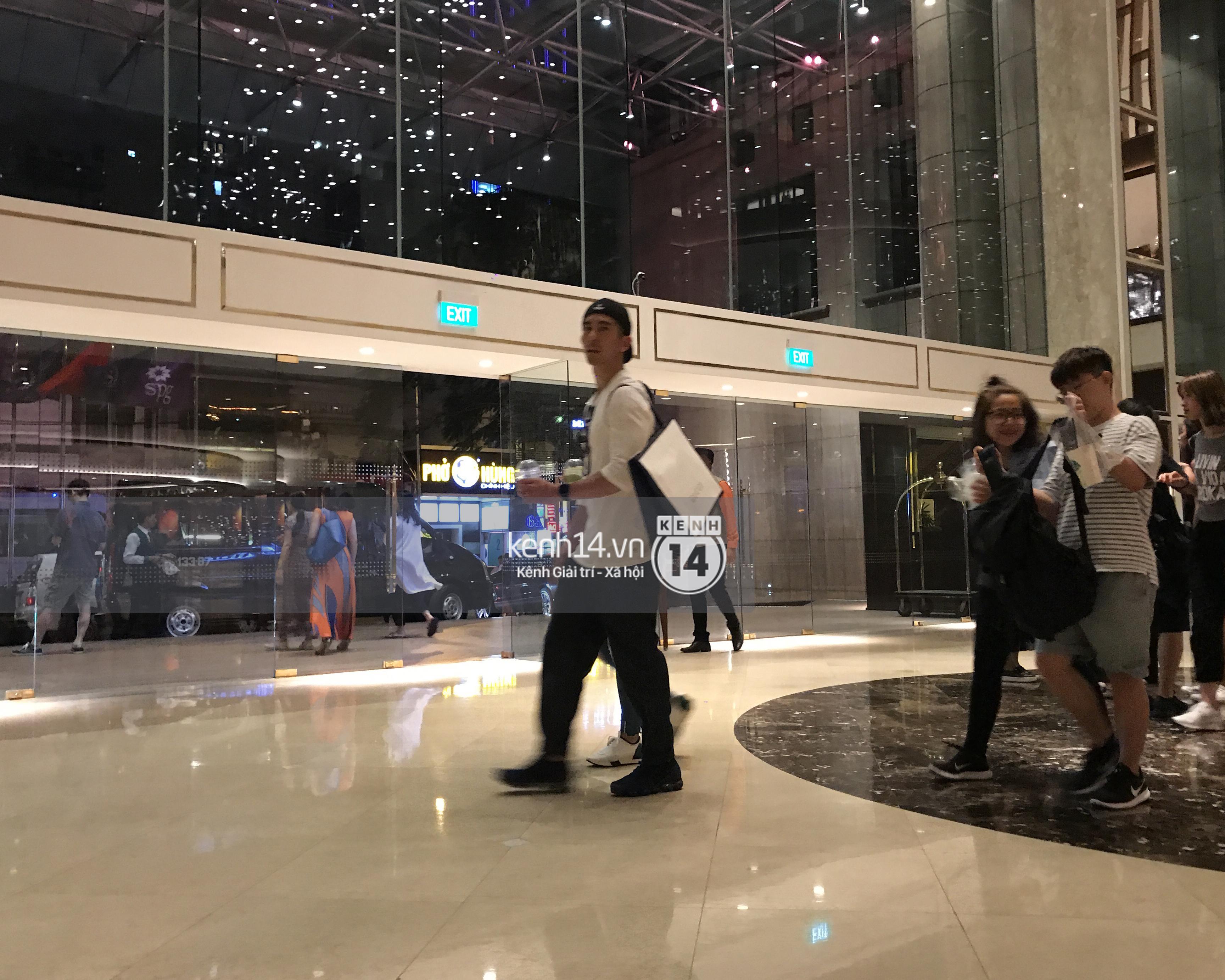 ĐỘC QUYỀN: Vợ chồng Triệu Mẫn Giả Tịnh Văn bất ngờ khi bị bắt gặp tại khách sạn Sài Gòn - Ảnh 1.