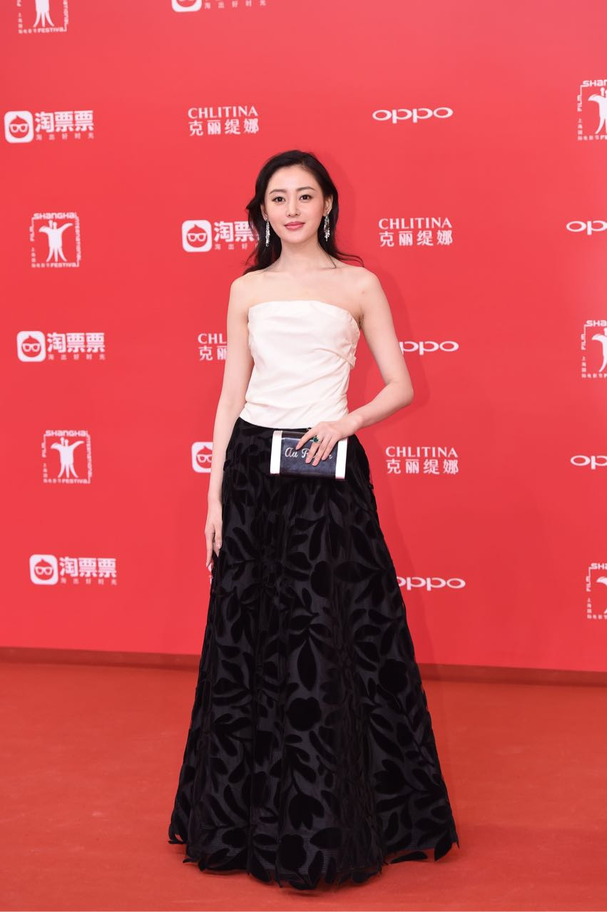 Thảm đỏ LHP Thượng Hải: Hoắc Kiến Hoa nắm chặt tay Châu Tấn, Dương Mịch đọ sắc với Lưu Diệc Phi - Ảnh 10.