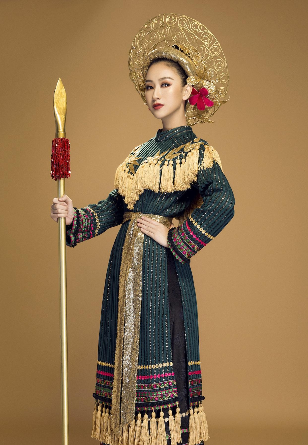 Phần váy sử dụng gấm - một chất liệu truyền thống của Việt Nam kết hợp cùng những hoa văn của dân tộc tạo nên một tổng thể bao hàm trọn vẹn cả một Việt Nam.