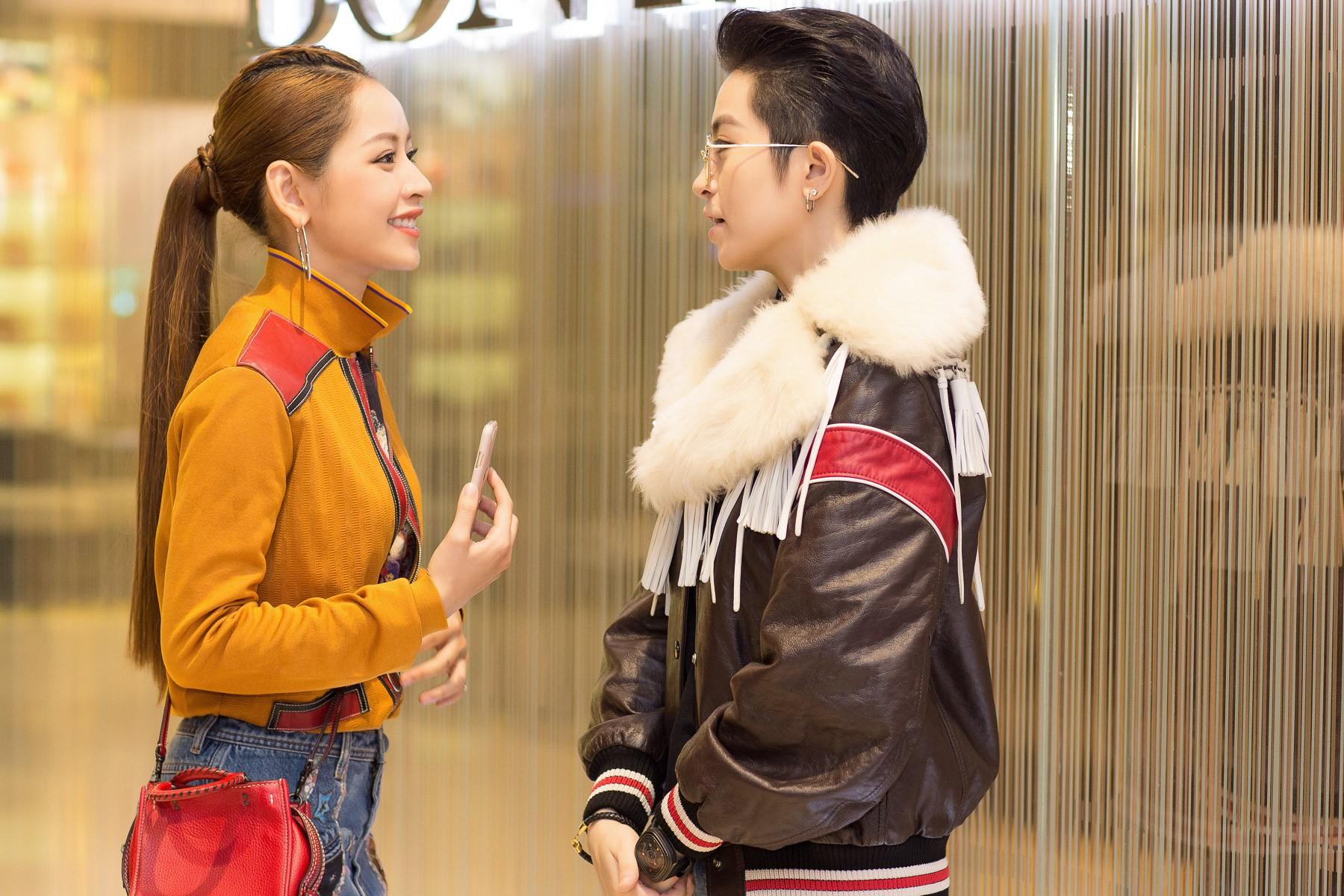Chi Pu & Quỳnh Anh Shyn cắn răng chịu nóng, mặc lớp trong lớp ngoài đến xông đất cho Coach - Ảnh 3.