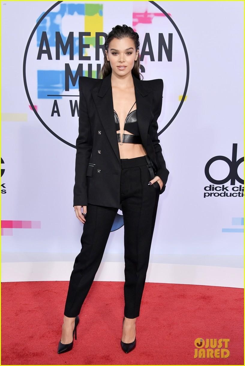 Thảm đỏ AMA 2017: Selena Gomez lạ lẫm với tóc vàng, BTS xuất hiện điển trai cùng dàn sao quốc tế - Ảnh 4.