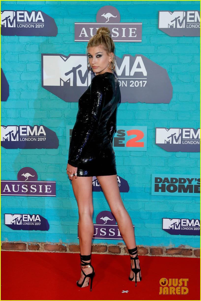 Thảm đỏ EMA 2017: Demi Lovato chỉ mặc mỗi áo vest che vòng 1, áp đảo dàn sao nữ về độ sexy - Ảnh 8.