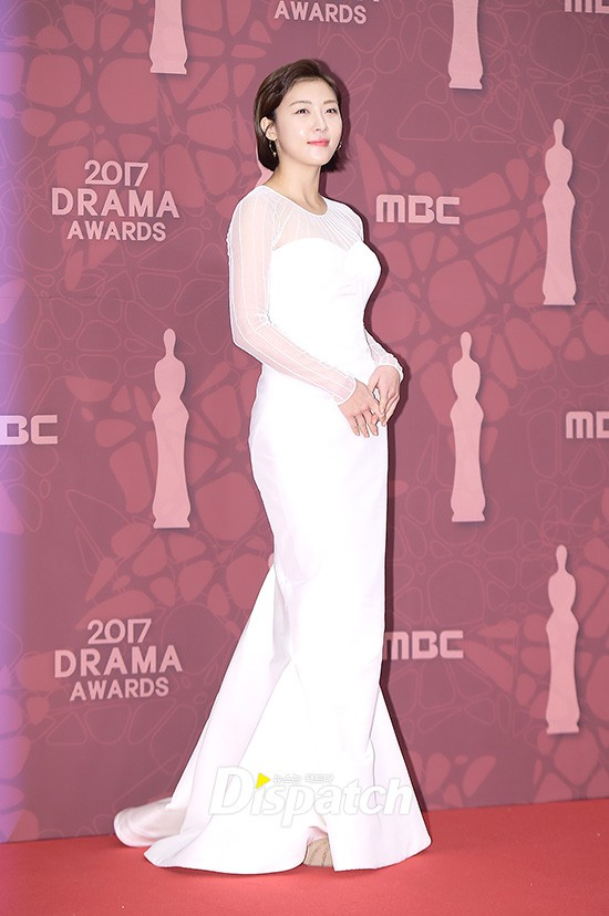 Thảm đỏ MBC Drama Awards hội tụ 30 sao khủng: Rắn độc Hyoyoung cúi người khoe ngực đồ sộ, chấp hết dàn mỹ nhân hạng A - Ảnh 20.
