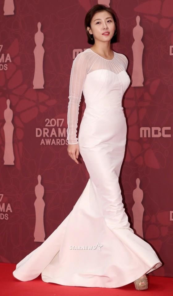 Thảm đỏ MBC Drama Awards hội tụ 30 sao khủng: Rắn độc Hyoyoung cúi người khoe ngực đồ sộ, chấp hết dàn mỹ nhân hạng A - Ảnh 19.