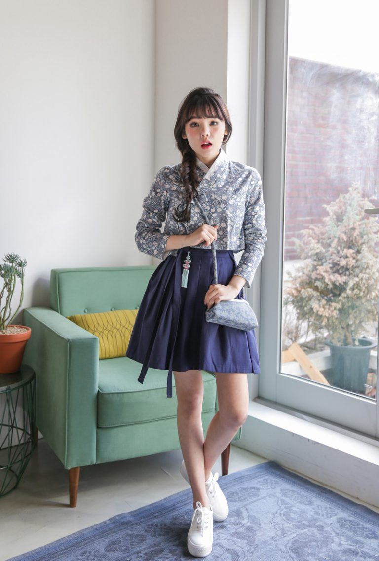 Hanbok bị xào nấu thành váy ngắn, netizen Hàn lại được dịp tranh cãi nảy lửa - Ảnh 2.