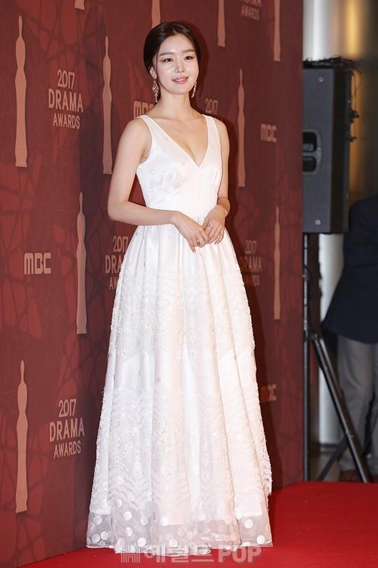 Thảm đỏ MBC Drama Awards hội tụ 30 sao khủng: Rắn độc Hyoyoung cúi người khoe ngực đồ sộ, chấp hết dàn mỹ nhân hạng A - Ảnh 23.