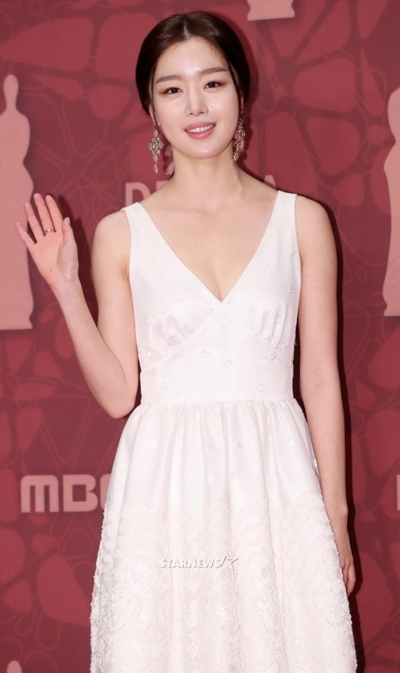 Thảm đỏ MBC Drama Awards hội tụ 30 sao khủng: Rắn độc Hyoyoung cúi người khoe ngực đồ sộ, chấp hết dàn mỹ nhân hạng A - Ảnh 24.