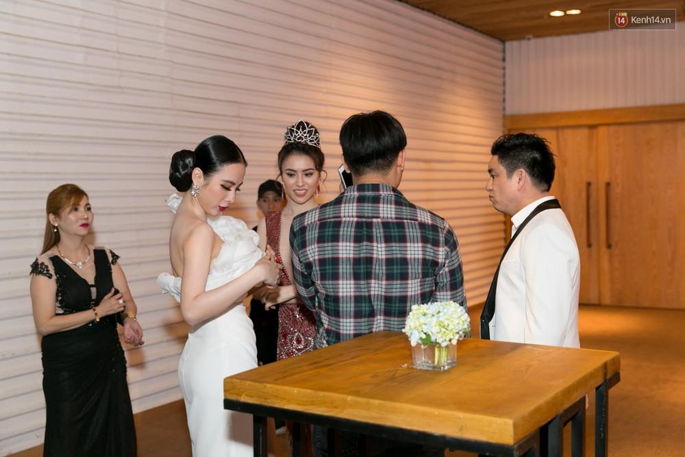 [Video] Angela Phương Trinh liên tục tránh né, từ chối đứng chụp ảnh chung với tình cũ Chiêm Quốc Thái