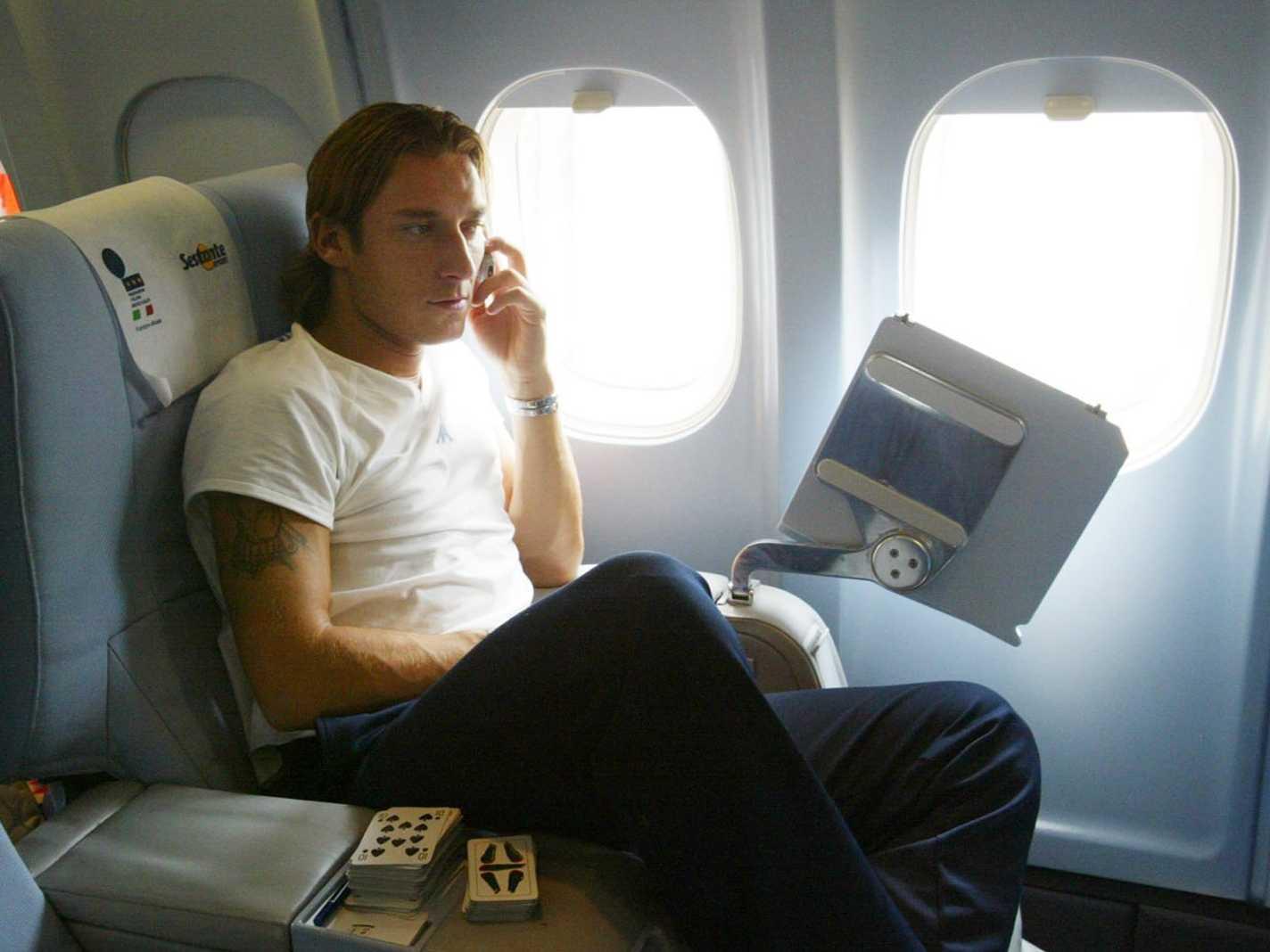 Vì sao chúng ta nên tắt điện thoại khi lên máy bay? - Ảnh 1.