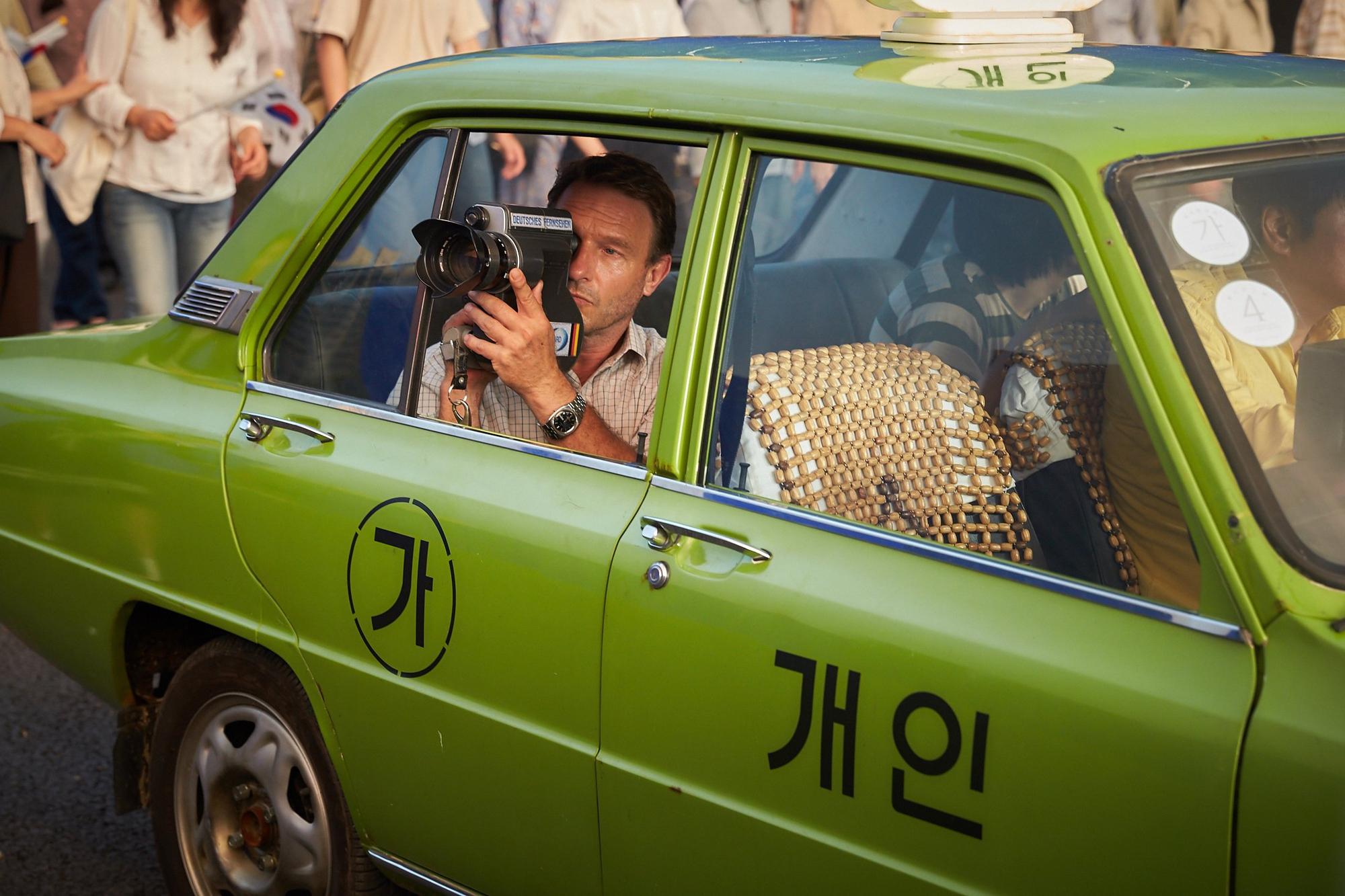 Phim Hàn ăn khách nhất 2017 với 12 triệu vé: Có xứng đáng với lời ca ngợi? - Ảnh 2.