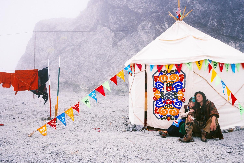 Bộ ảnh cưới được chụp ở ngọn đồi tuyết trắng đẹp hơn cả trong MV Bảo Anh - Ảnh 2.