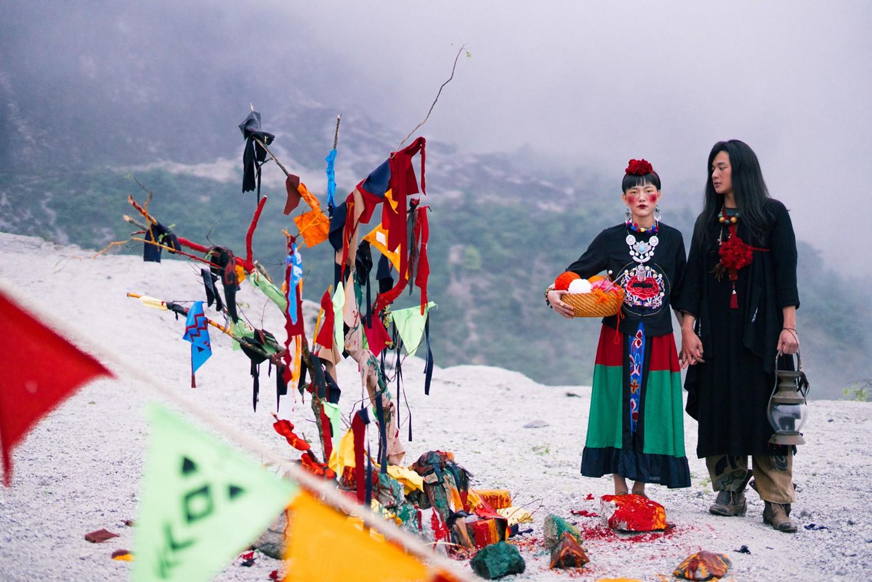 Bộ ảnh cưới được chụp ở ngọn đồi tuyết trắng đẹp hơn cả trong MV Bảo Anh - Ảnh 1.