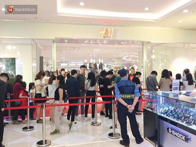 H&M vỡ trận ngay ngày đầu mở bán, Zara vẫn đông nhưng đã ổn định hơn hậu khai trương - Ảnh 8.
