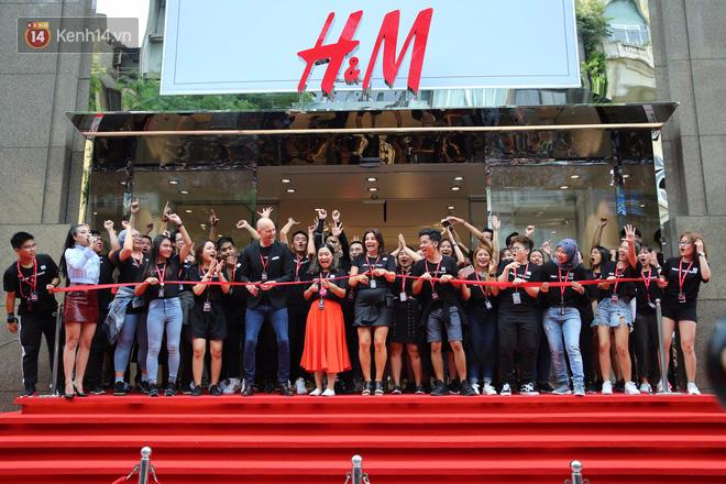 H&M mở cửa đón khách: Đông tới nỗi bên ngoài kẹt cứng, bên trong loạn lạc - Ảnh 11.
