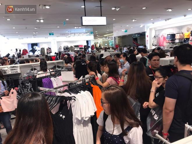 H&M mở cửa đón khách: Đông tới nỗi bên ngoài kẹt cứng, bên trong loạn lạc - Ảnh 20.