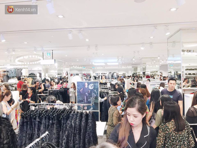 H&M vỡ trận ngay ngày đầu mở bán, Zara vẫn đông nhưng đã ổn định hơn hậu khai trương - Ảnh 9.