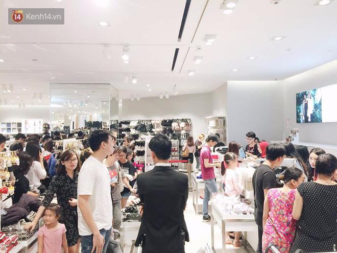 H&M vỡ trận ngày đầu mở bán vì hút toàn bộ giới trẻ Hà Nội, Zara đông ổn định với đối tượng lớn tuổi hơn - Ảnh 10.