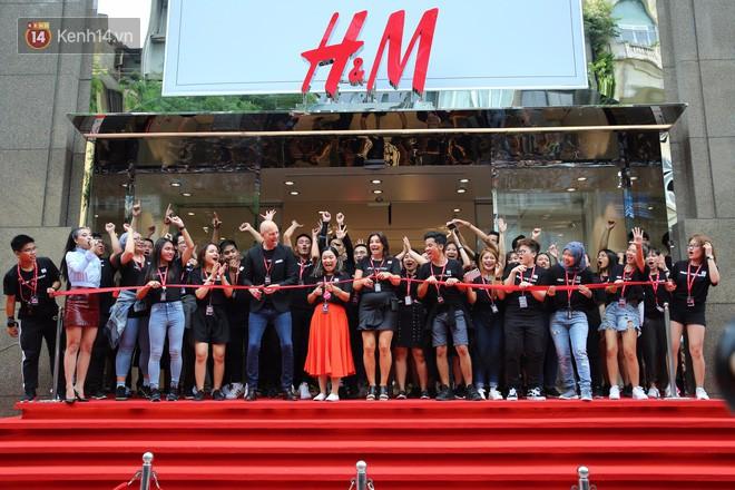 Năm 2017, giới trẻ Việt có thêm trào lưu xếp hàng chờ mua sắm vì những cái tên này - Ảnh 4.