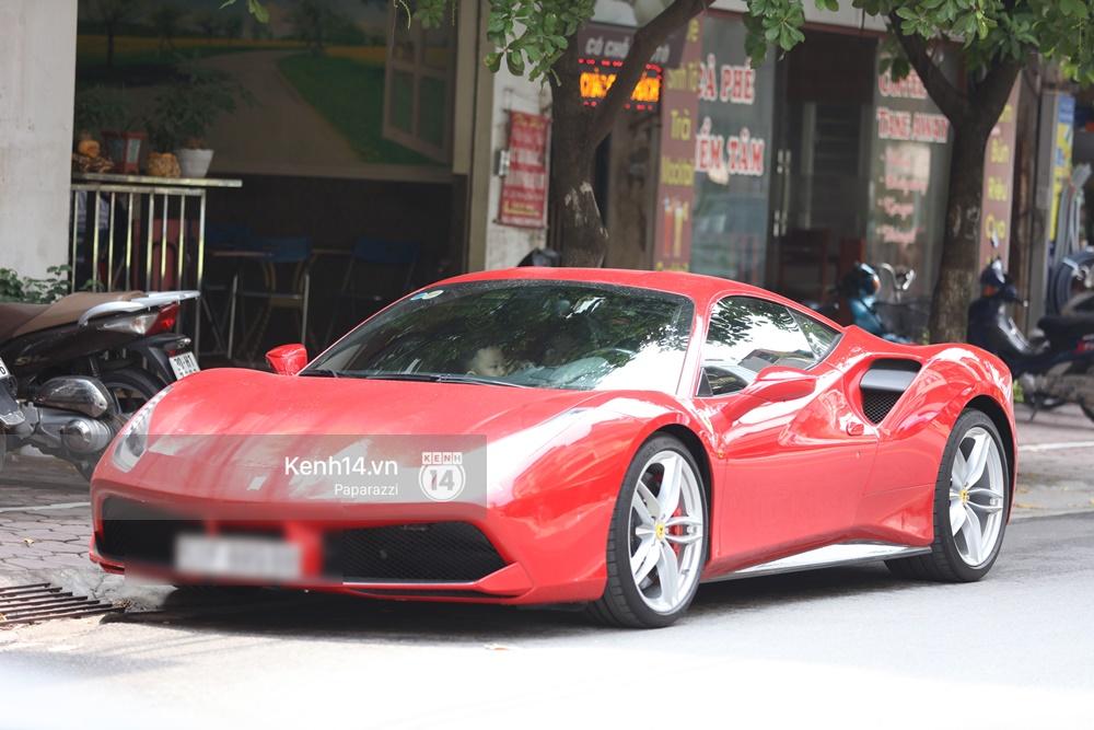 Tuấn Hưng chở vợ bằng xế khủng Ferrari 16 tỷ mới tậu nổi bật trên phố - Ảnh 2.