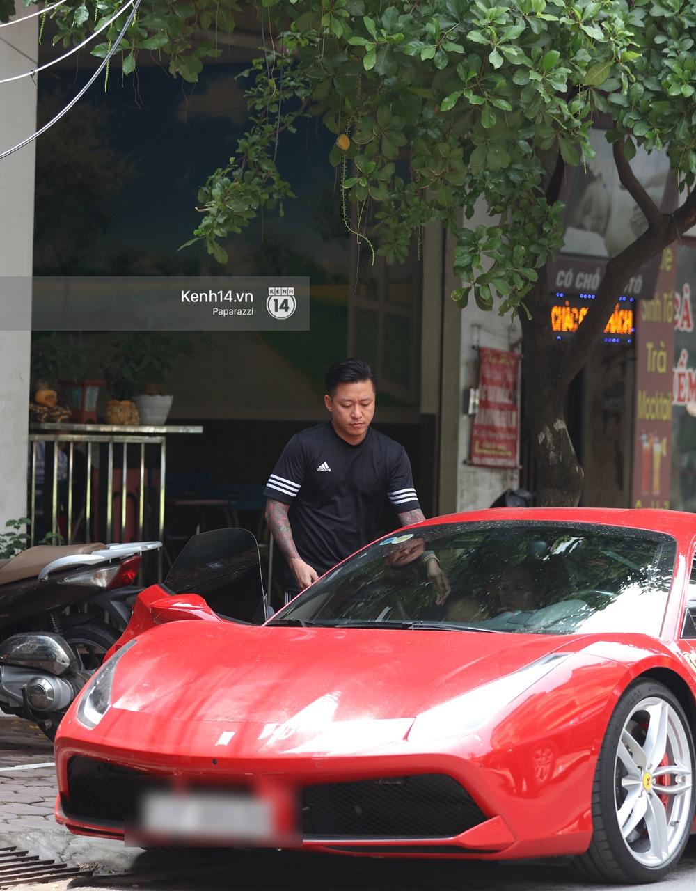 Tuấn Hưng chở vợ bằng xế khủng Ferrari 16 tỷ mới tậu nổi bật trên phố - Ảnh 4.