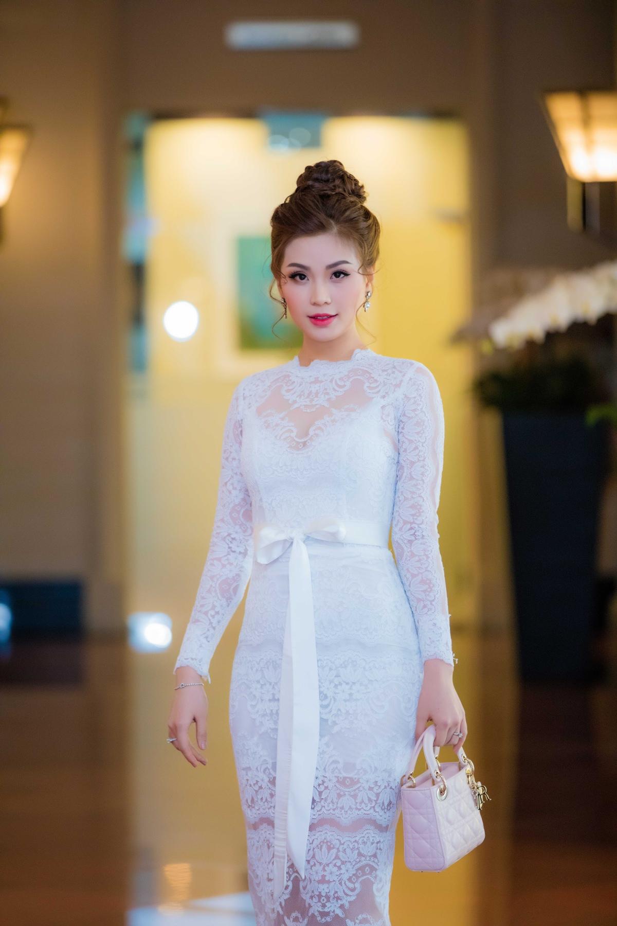 Á hậu Diễm Trang xinh đẹp, được ông xã đưa đón đi sự kiện bằng