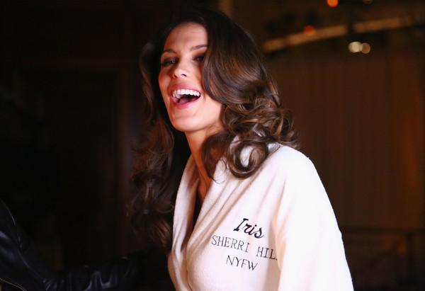 Tân Hoa hậu Hoàn vũ Iris Mittenaere catwalk điêu luyện, khoe đường cong vệ nữ tại NYFW - Ảnh 8.
