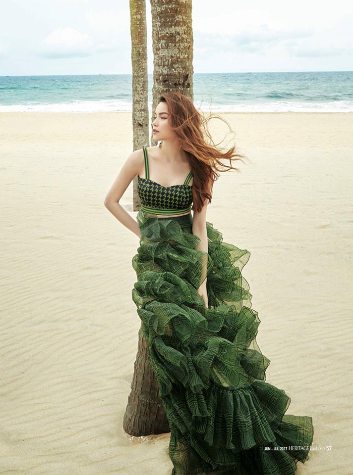 1 chiếc váy 2 số phận: Hà Hồ sexy bao nhiêu, Hoàng Thùy giống... cây thông Noel bấy nhiêu - Ảnh 4.