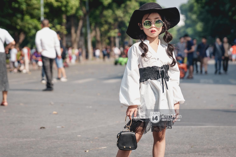 Street style ngày đầu VIFW: Giới trẻ Hà Nội ăn vận lồng lộn hơn hẳn năm trước, các nhóc tì mặc chất gây bão phố đi bộ - Ảnh 29.