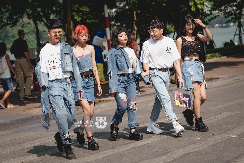 Street style ngày đầu VIFW: Giới trẻ Hà Nội ăn vận lồng lộn hơn hẳn năm trước, các nhóc tì mặc chất gây bão phố đi bộ - Ảnh 1.