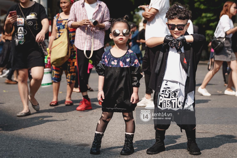 Street style ngày đầu VIFW: Giới trẻ Hà Nội ăn vận lồng lộn hơn hẳn năm trước, các nhóc tì mặc chất gây bão phố đi bộ - Ảnh 25.