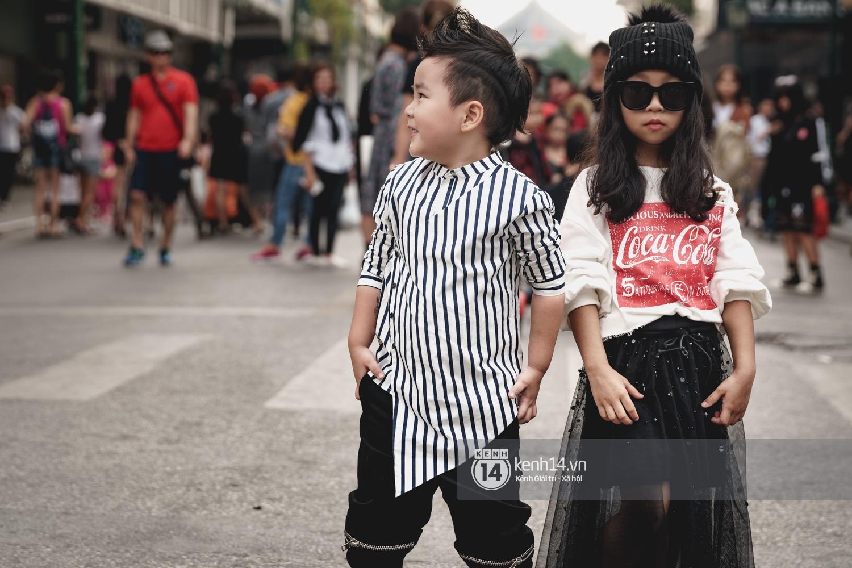 Street style ngày đầu VIFW: Giới trẻ Hà Nội ăn vận lồng lộn hơn hẳn năm trước, các nhóc tì mặc chất gây bão phố đi bộ - Ảnh 28.