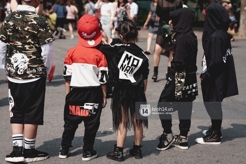 Street style ngày đầu VIFW: Giới trẻ Hà Nội ăn vận lồng lộn hơn hẳn năm trước, các nhóc tì mặc chất gây bão phố đi bộ - Ảnh 30.