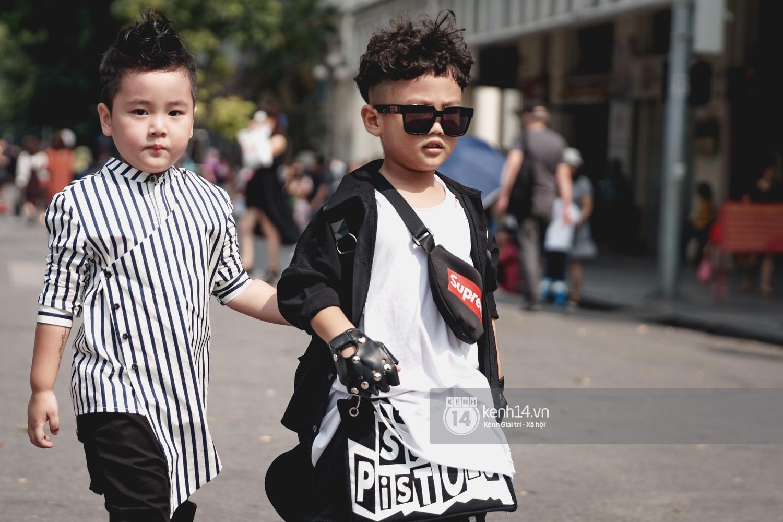 Street style ngày đầu VIFW: Giới trẻ Hà Nội ăn vận lồng lộn hơn hẳn năm trước, các nhóc tì mặc chất gây bão phố đi bộ - Ảnh 24.