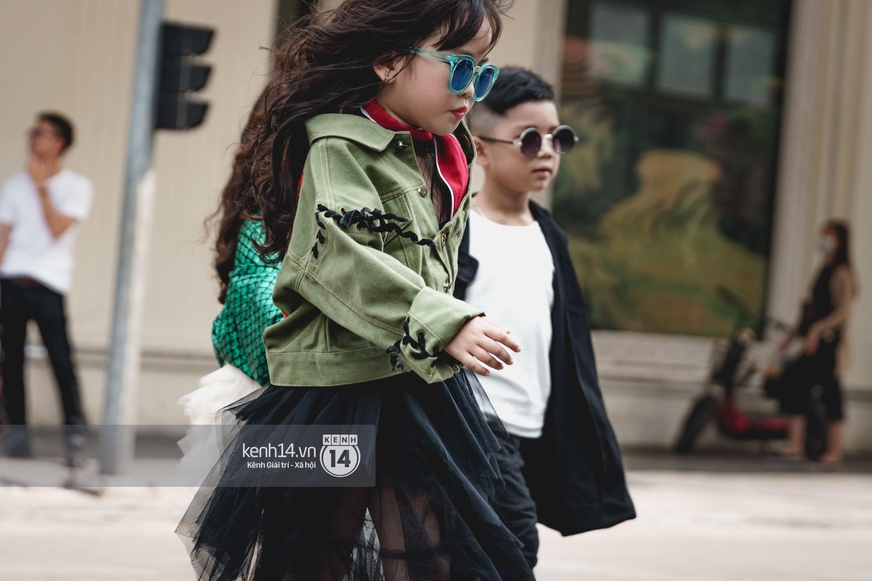Street style ngày đầu VIFW: Giới trẻ Hà Nội ăn vận lồng lộn hơn hẳn năm trước, các nhóc tì mặc chất gây bão phố đi bộ - Ảnh 26.