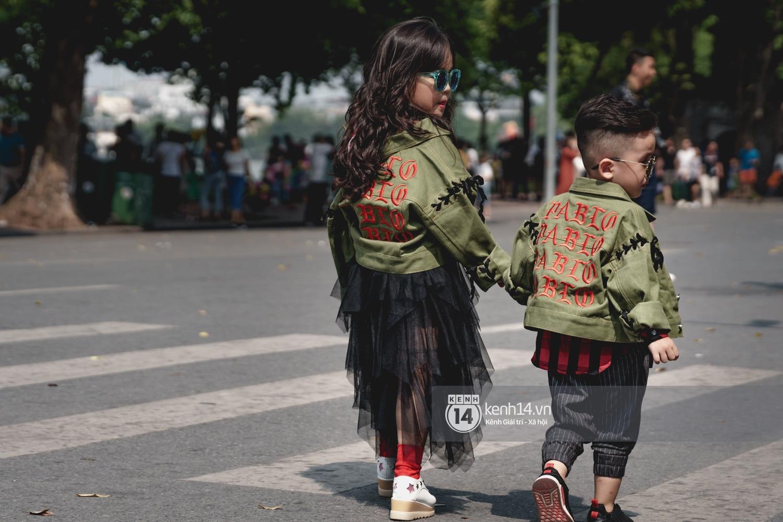Street style ngày đầu VIFW: Giới trẻ Hà Nội ăn vận lồng lộn hơn hẳn năm trước, các nhóc tì mặc chất gây bão phố đi bộ - Ảnh 27.