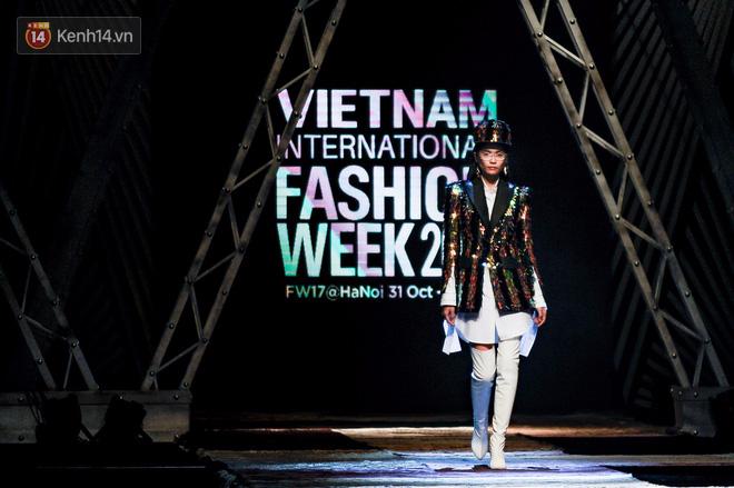 VIFW ngày 1: Kim Dung mở màn xuất sắc, vedette Thanh Hằng xuất hiện siêu chất trong show của Công Trí - Ảnh 1.