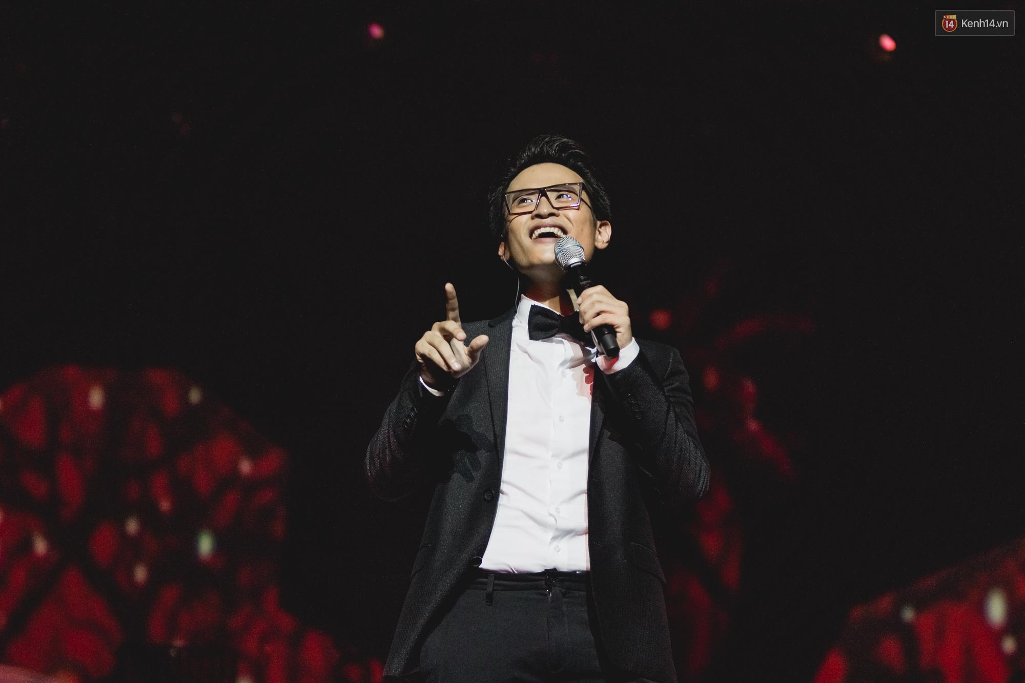 Hà Anh Tuấn khiến fan phát cuồng khi bất ngờ hát Người tình mùa đông trong đêm thứ hai của concert - Ảnh 2.