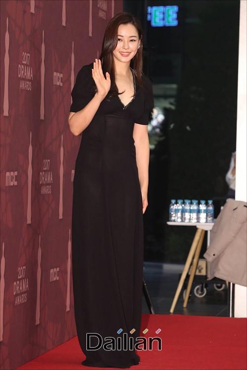 Thảm đỏ MBC Drama Awards hội tụ 30 sao khủng: Rắn độc Hyoyoung cúi người khoe ngực đồ sộ, chấp hết dàn mỹ nhân hạng A - Ảnh 22.