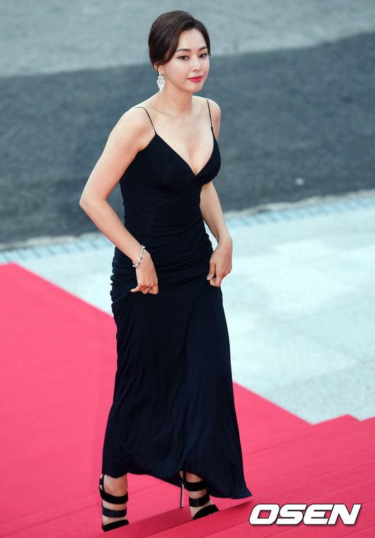 Thảm đỏ Korea Drama Awards: Hoa hậu Hàn đẹp nhất thế giới đẹp xuất sắc, nữ idol bỗng bật lên vì quá xinh - Ảnh 2.