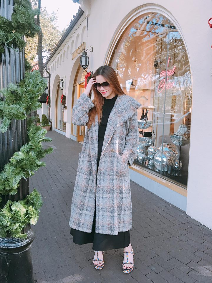 Trên khoác áo đông dưới lại đồ hè, thời trang kiểu mới của Hà Hồ nên khen hay chê? - Ảnh 1.