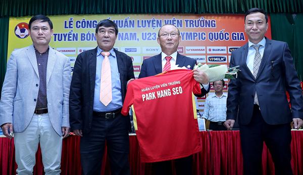 HLV Park Hang Seo cấm tuyển thủ Việt Nam đưa vợ và bạn gái vào phòng - Ảnh 2.