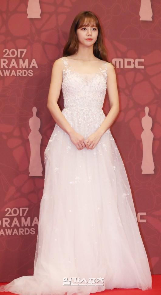 Thảm đỏ MBC Drama Awards hội tụ 30 sao khủng: Rắn độc Hyoyoung cúi người khoe ngực đồ sộ, chấp hết dàn mỹ nhân hạng A - Ảnh 14.