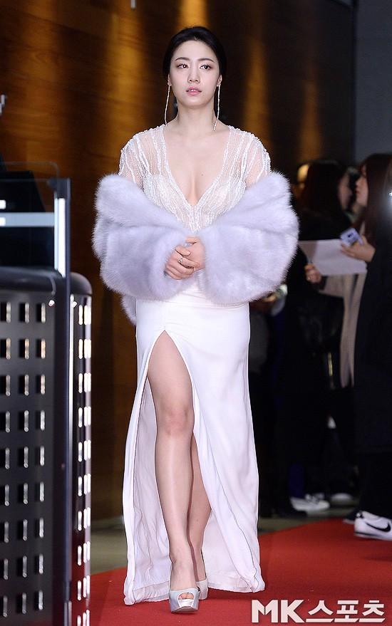 Thảm đỏ MBC Drama Awards hội tụ 30 sao khủng: Rắn độc Hyoyoung cúi người khoe ngực đồ sộ, chấp hết dàn mỹ nhân hạng A - Ảnh 1.
