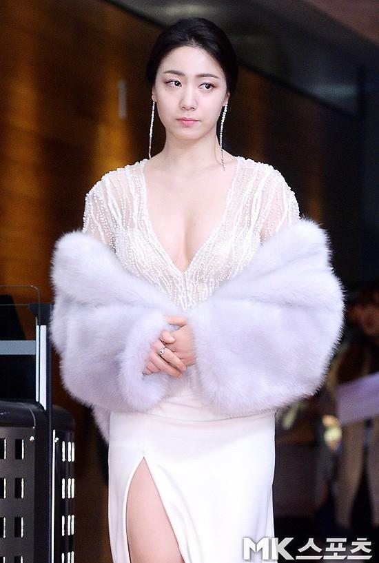 Thảm đỏ MBC Drama Awards hội tụ 30 sao khủng: Rắn độc Hyoyoung cúi người khoe ngực đồ sộ, chấp hết dàn mỹ nhân hạng A - Ảnh 2.