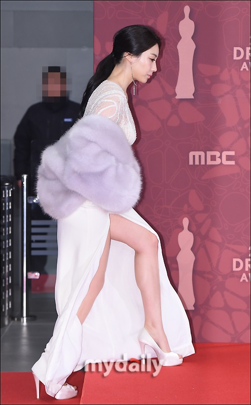 Thảm đỏ MBC Drama Awards hội tụ 30 sao khủng: Rắn độc Hyoyoung cúi người khoe ngực đồ sộ, chấp hết dàn mỹ nhân hạng A - Ảnh 3.